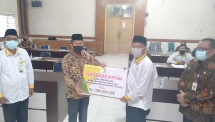 Ketua BAZNas Riau Saidul serahkan bantu dana stimulan ke BAZNas Rohul melalui Pjs Bupati Rohul Drs H Masrul Kasmy M.Si, didampingu Ketua BAZNas Rohul H.Armen.ZA, Ketua BWI Rohul M.Zaki.