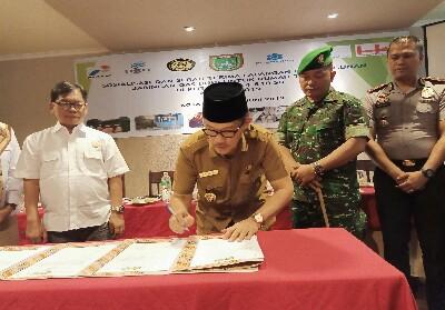 Walikota Dumai Drs H Zulkifli AS MSi menandatangani MoU pembangunan jaringan gas bumi.