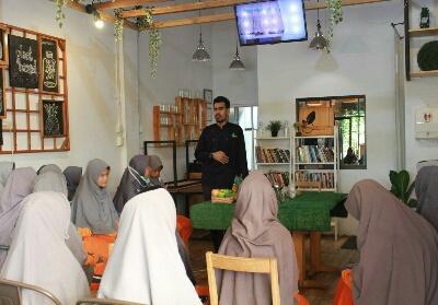 Kunjungan kelas delapan SMP Juara Pekanbaru ke GreenSmothie Factory.
