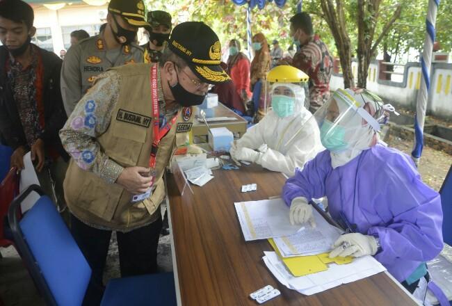 Plh Bupati Bengkalis, H Bustami HY ikut menyaksikan kegiatan rapid test.