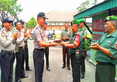 Polri datangi Koramil 02 Rambah Kodim 0313/KPR memberikan surprise HUT ke-74 TNI.
