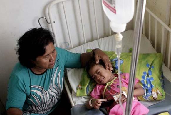 Seorang ibu menjaga anaknya yang terserang Demam Berdarah Dengue (DBD). FOTO: Antara/Kornelis Kaha