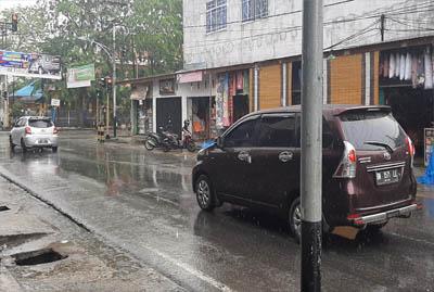Tampak jalanan basah di sekitaran Lampu Merah Jalan M.Boya Tembilahan saat hujan deras mengguyur Tembilahan, Kabupaten Inhil.