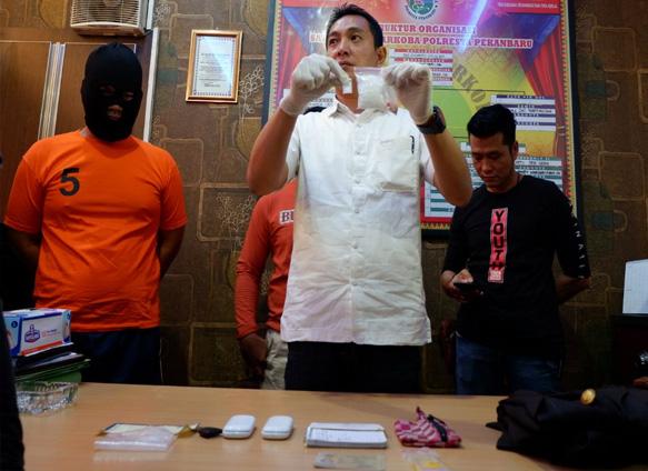 Oknum polisi Riau inisial DAS (29) yang ditangkap edarkan Narkoba.