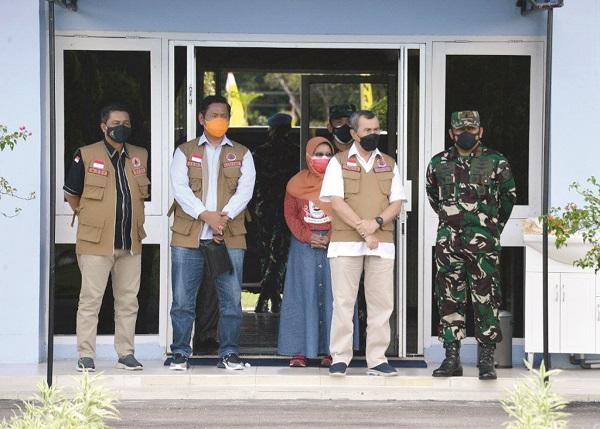 Gubernur Riau Drs Syamsuar RI menunggu kedatangan barang-barang bantuan dari Presiden RI di Bandara SSK 2 Pekanbaru