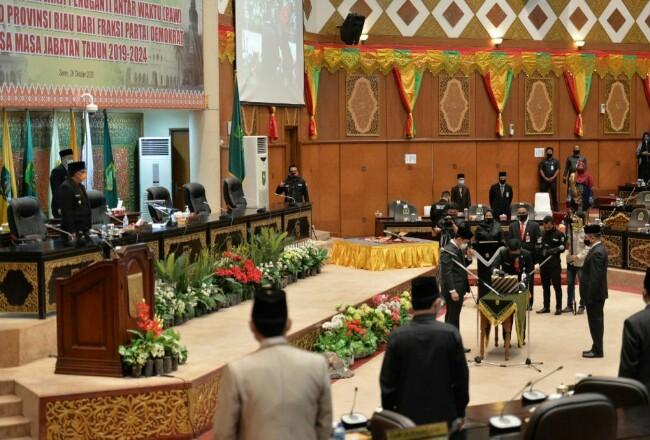 Rapat Paripurna DPRD Riau pengucapan sumpah janji Syahroni Tua sebagai anggota dewan.