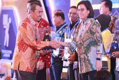 Bupati Siak Syamsuar terima penghargaan dari Menteri Keuangan Sri Mulyani.