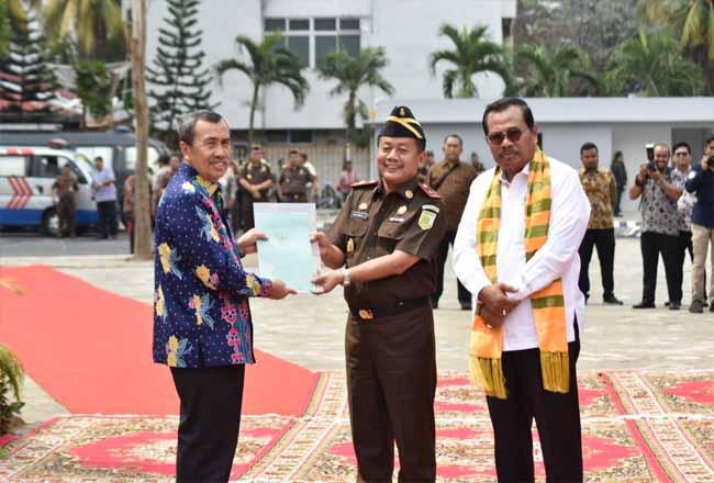 Gubernur Riau Syamsuar dan Jaksa Agung HM Prasetyo saat meresmikan Gedung Kejati Riau.