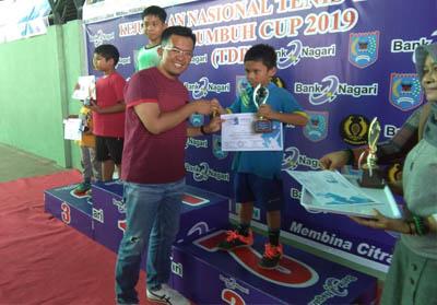 Wakil Walikota Payakumbuh, Riza Falepi menyerahkan medali pada kejuaraan Nasional Tennis Junior, Payakumbuh Cup.