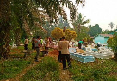 Personel Satpol PP dan Damkar melakukan pembersihan masjid, lingkungan masjid dan makam di areal masjid saat melaksanakan kegiatan GSBM di Masjid Nurul Ikhlas.