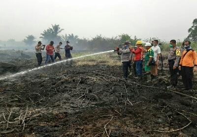 Kapolres ikut memadamkan api, di lahan yang berbakar di kawasan Kecamatan Bonai Darssaalam. Di Rohul, terdapat dan ditemukan 3 titik api yang seluruhnya berada di Kecamatan Bonai Darussalam.