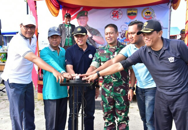 Penekanan tombol sirine bersama pada acara pembukaan Lomba Mancing Mania Dandim Fishing Club 0303 Bengkalis sempena HUT ke-74 TNI Tahun 2019, di Lapangan Pasir Andam Dewi Bengkalis, Minggu (20-10).