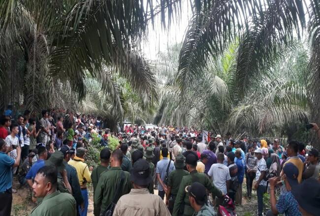 Kapolres Pelalawan AKBP M Hasyim Risohandua memimpin mediasi dan diskusi terkait penertiban dan pemulihan di kawasan lahan milik PT PSJ.