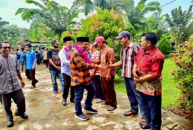 Bagus Santoso bersama Sunaryo disambut meriah dengan kalungan bunga saat berkunjung di Pulau Rupat.