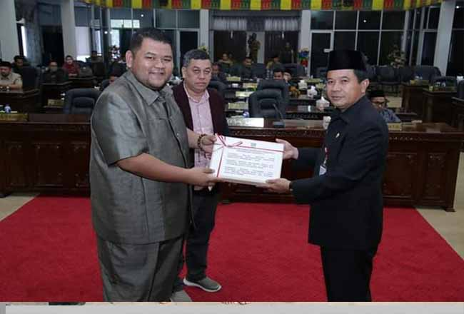 Sekda Rohul H Abdul Haris mewakili Bupati Sukiman, sampaikan 3 Ranperda ke Ketua DPRD Novliwanda Ade Putra didampingi pimpinan DPRD M Sahril Topan.