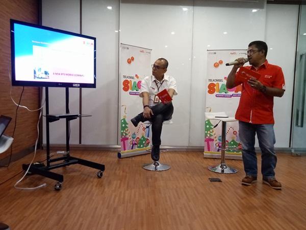 General Manager Sales Regional Sumbagteng, Ihsan (kiri) dan GM ICT Operation Regional Sumbagteng Noviandri, memberikan informasi terkait kesiapan layanan dan lonjakan trafik penggunaan saat Natal 2017 dan Tahun Baru 2018, Senin (18/12/2017).