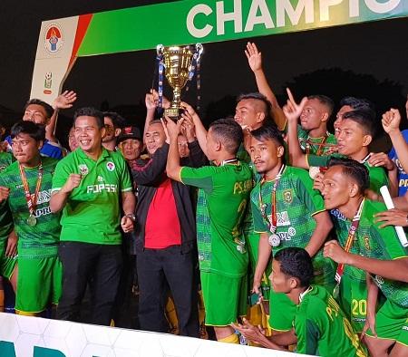 Wakil Rektor III UIR Ir H Rosyadi mengangkat tropi runner up bersama para pemain