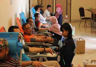 Donor darah dalam rangkaian HUT Eka Hospital.