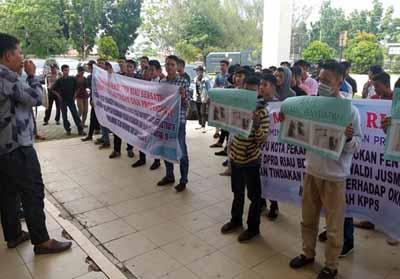 Mahasiswa unjuk rasa di KPU Pekanbaru.
