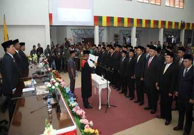 Prosesi pelantikan 45 anggota DPRD Rohul masa Bhakti 2019-2024 oleh Ketua PN Pasir Pangaraian Sunoto, digedung DPRD Rohul melalui Rapat Paripurna pengambilan sumpah dan janji 45 anggota DPRD Rohul terilih pada Pemilu 2019 lalu.