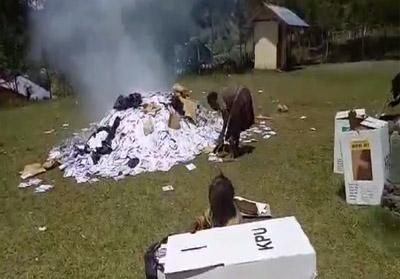 Pembakaran surat suara di Puncak Jaya, Papua. FOTO:detikcom