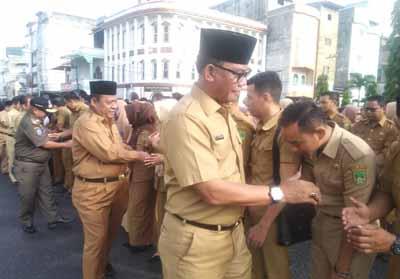 Bupati Suyatno saat hadir di apel bersama di hari pertama kerja.