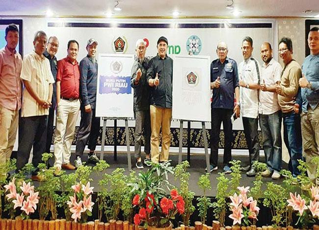 Ketua PWI Riau Zulmansyah Sekedang (enam kiri) foto bersama usai peluncuran sampul Buku Putih PWI Riau di Pekanbaru, Selasa (10/12/2019).