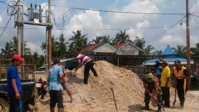 Babinsa Koramil 03 Tempuling laksanakan Goro bersama warga.