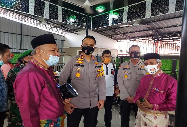 Ketua KPU Dumai Darwis (kanan) tengah berbincang dengan Plh Walikota Dumai Herdi Salioso dan Kapolres Dumai AKBP Andri Ananta Yudisthira usai coffe morning baru-baru ini.