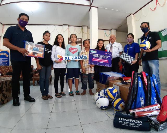 Head of Sales Sumut Outer – Aceh PT. XL Axiata, Tbk, Oloan Monang Sinambela menyerahkan langsung peralatan olah raga dan peralatan sekolah untuk Panti Asuhan Elim HKBP, Pematang Siantar, Sumatera Utara.