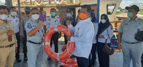 Kepala Jasa Raharja Cabang Riau M. Iqbal Hasanuddin bersama dengan Kepala Dinas Perhubungan Riau Andi Yanto, meninjau Pelabuhan Mengkapan Buton, Kabupaten Siak