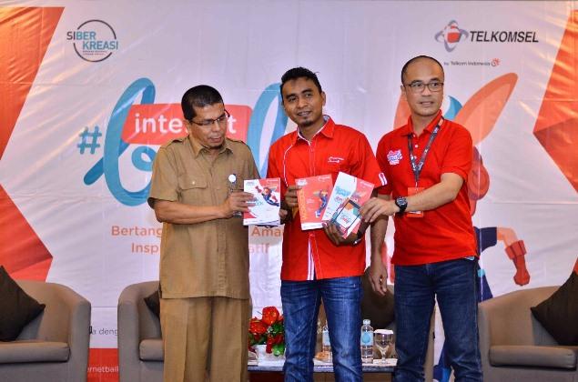 Perwakilan dari Dinas Pendidikan dan Kebudayaan Banda Aceh (kiri), dan Telkomsel yang ikut dalam acara Internet Baik 2017 di Banda Aceh