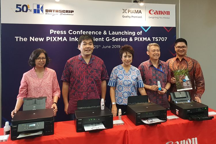 Canon Division Director PT Data Script Merry Harun (tengah), dalam cara peluncuran empat printer Canon Pixma baru di Jakarta, Selasa (25/6/2019). foto kompas