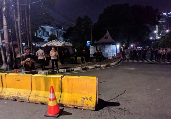 Jalanan di depan kantor KPU Jl Imam Bonjol ditutup.