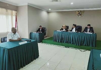 Pemohon Novrizon Burman hadir saat putusan Sidang Informasi Publik.