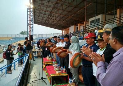Pejabat daerah melakukan pemukulan kompang serentak tanda dibuka secara resmi Porkot VII Pekanbaru.