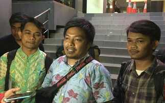 AJI Jakarta dan LBH Pers melaporkan kasus intimidasi terhadap dua jurnalis saat meliput aksi demo di Gedung DPR ke Polda Metro Jaya, Jumat (4/10). Foto: CNNIndonesia