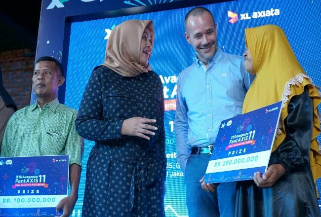 Group Head Corporate Communication XL Axiata, Tri Wahyuningsih menyerahkan hadiah kuiz Xtravaganza FantAXIS sebesar Rp 100 Juta kepada pemenang yang berasal dari Palembang di Jakarta, Kamis (9/1).