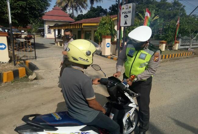 Pengendara motor saat diperiksa kelengkapan oleh petugas.