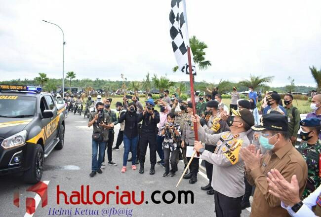 Kapokda Riau saat melepas Tim Gabungan Teking Pemburu Covid-19.