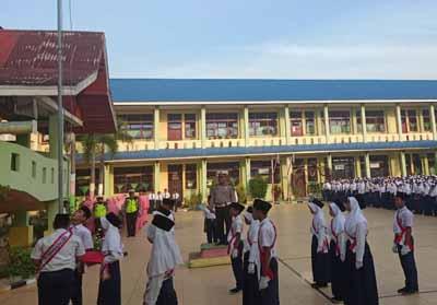 Kanit Lantas Polsek Bangko Iptu H Pakpahan jadi Inspektur Upacara SMP N 1 Bangko.