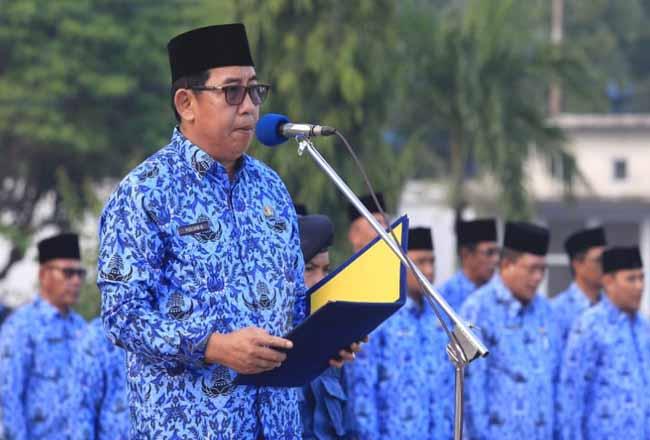 Sekda Yulian Norwis saat memimpin Apel 17 di lingkungan Pemkab Meranti, Kamis (17/10/2019).