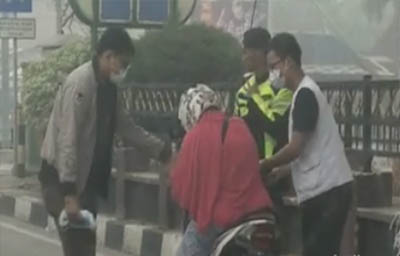 Wanita di Dumai hampir jatuh dari motor diduga mengalami sesak napas.