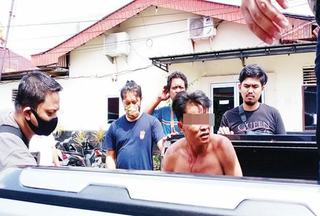 Polresta Pekanbaru saat membawa tersangka H (30) di RS Bhayangkara Polda Riau, Kamis (4/6/2020). Foto: Riaupos