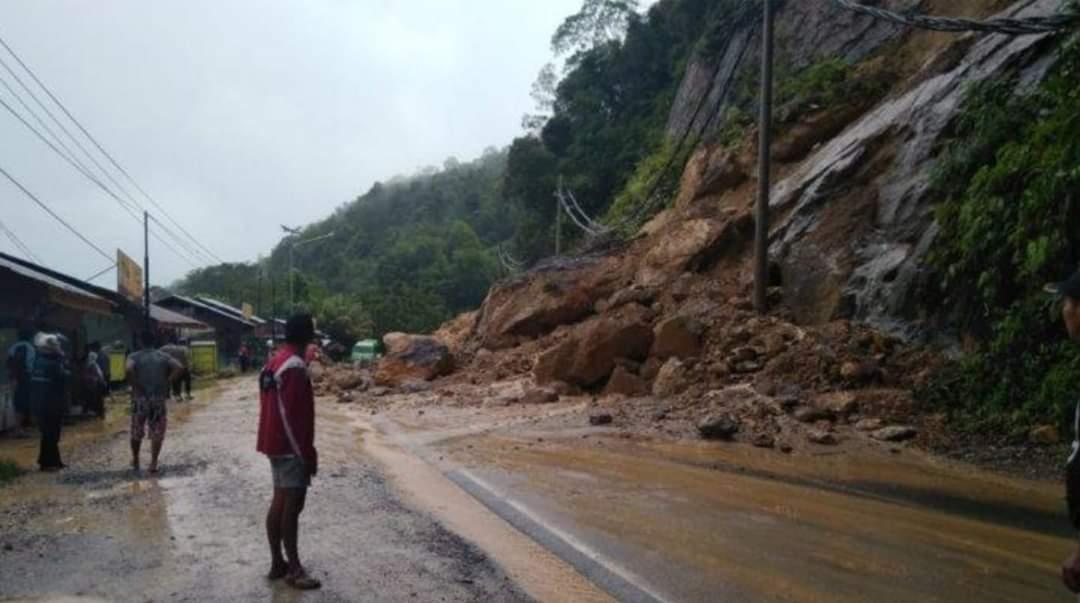 Jalan masih tertutup material longsor tapi sudah bisa dilewati pagi ini. Foto Ist