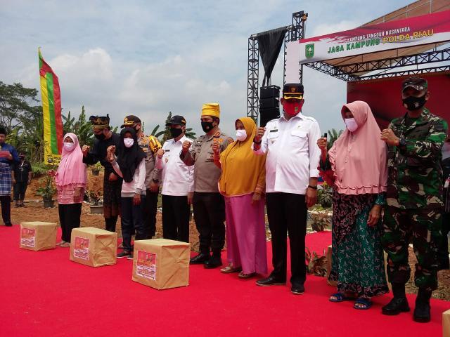 Peresmian Kampung Tangguh Nusantara Gerakan Jaga Kampung Polda Riau di Perkebunan PT Salim Ivomas Pratama KM. 29 Kecamatan Balai Jaya Rohil, Rabu (26/8/2020).