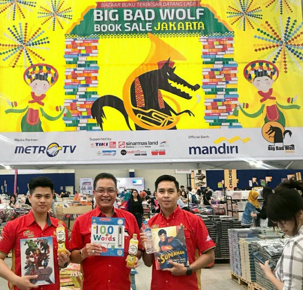 Public Relations dan Marketing Event Manager SMI, Santo Kadarusman (tengah) hadir di Big Bad Wolf
