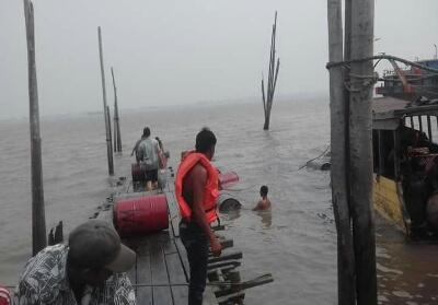 Kempang sarat muatan BBM karam di perairan Selat Air Hitam.