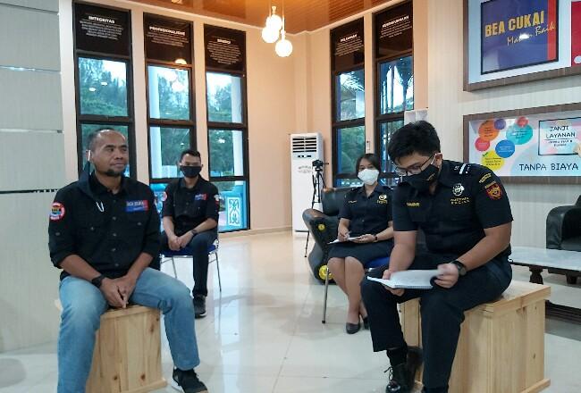 Kasi PLI, Bea Cukai Dumai, Gatot Kuncoro (kiri) memberikan keterangan pemblokiran IMEI HKT ilegal di kantor BC Dumai.