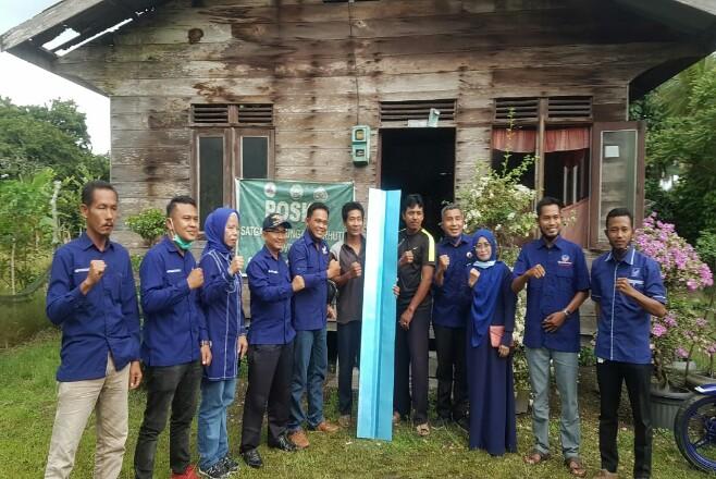 Saat penyerahan material bangunan rumah yang akan dibedah oleh pengurus DPD NasDem Kepulauan Meranti.